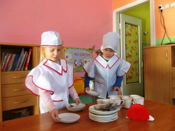 Два ребёнка дежурят по столовой