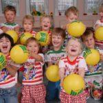 Дети в форме с жёлтыми мячиками в руках
