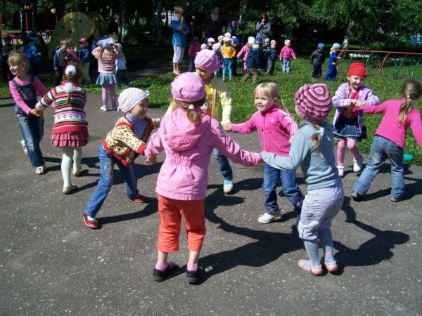 Дети играют в подвижные игры на прогулке