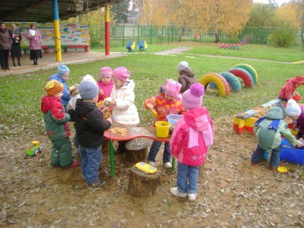 Дети на игровой площадке осенью