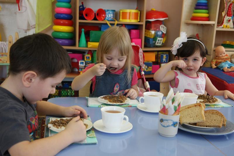 дети обедают