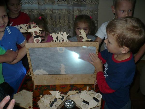 Дети показывают театр теней
