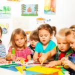 Дети рисуют, сидя за столом