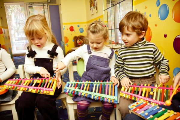 Дети играют на металлофонах