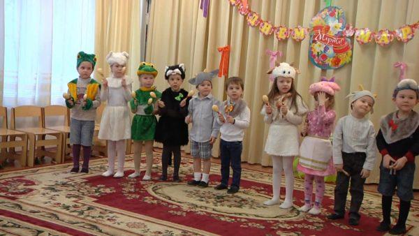 Дети в костюмах животных на утреннике