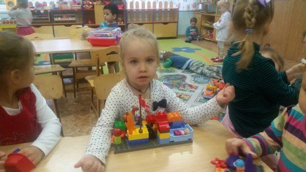 Дети играют с конструктором Лего