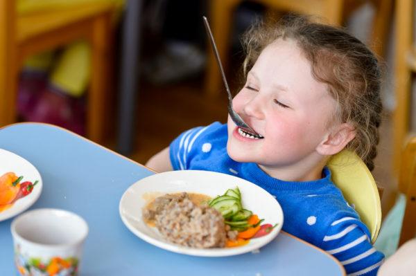 Девочка шалит за обедом