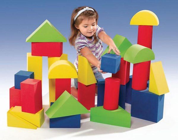 Девочка строит дома из крупных модулей
