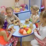 Четыре девочки играют в чаепитие