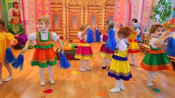 Девочки танцуют в костюмах с султанчиками в руках