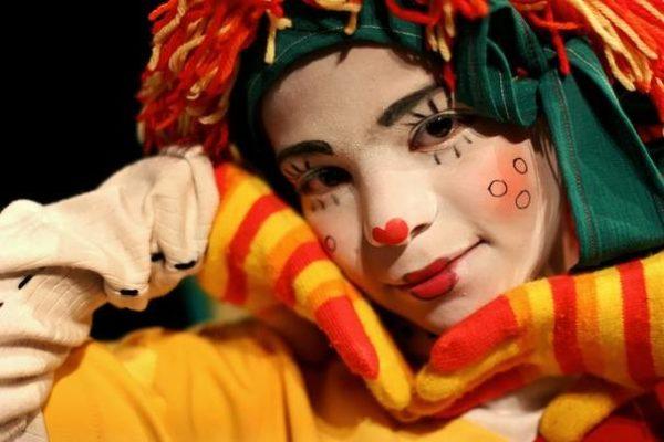 Девушка в костюме клоуна