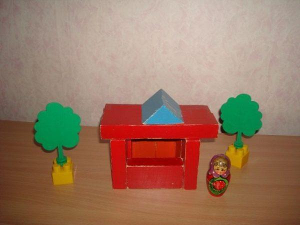 Домик из деревянного конструктора, матрёшка и два дерева