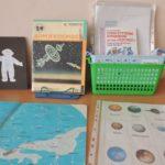 Экспозиция на космическую тему с изображениями планет и картой звёздного неба