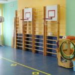 Гимнастическая лестница и баскетбольные кольца в спортивном зале