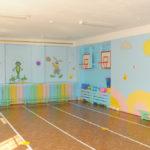 Физкультурный зал с рисунками на стенах и баскетбольными кольцами