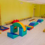 Физкультурный зал с крупными мягкими модулями, турником и гимнастической лестницей