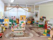 Группа детского сада с витражной стеной разделена на центры развития