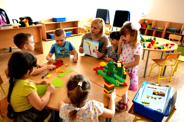 Воспитатель с детьми подготовительной группы