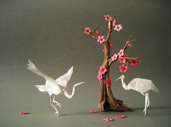 Цветущая сакура и журавли, выполненные в технике оригами