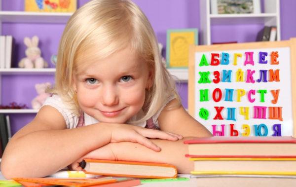 Девочка и доска с буквами