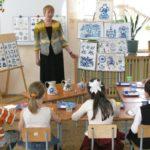 Воспитатель знакомит детей с видами орнамента