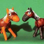 Лошадки из каштанов и пластилина