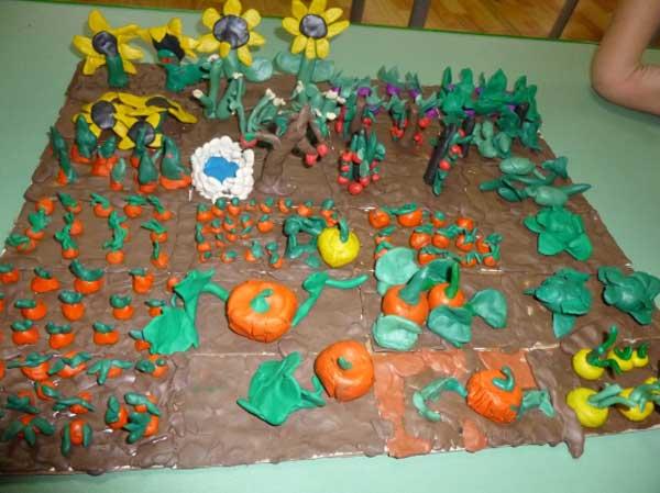 Огород, выполненный из пластилина