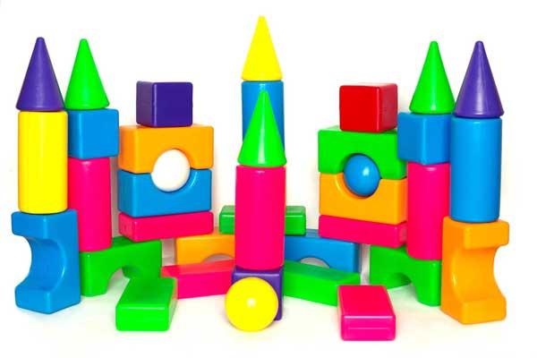 Замок, построенный из крупных деталей пластмассового конструктора