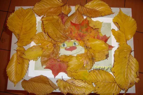 Нарисованная мордочка львёнка с гривой из осенних листьев