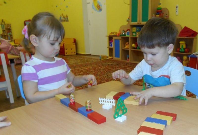 Конструирование во второй младшей группе становится более сложным, хотя по-прежнему тесно связано с игрой