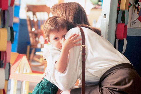 Мама крепко обнимает мальчика