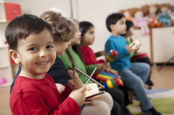 Малыши играют на детских музыкальных инструментах