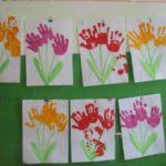 Букеты цветов, нарисованные детскими ладошками