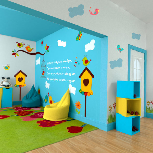 Пример оформления группы детского сада с нарисованными на стенах облачками и птичками