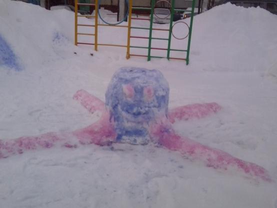 Осьминог из снега на детской площадке