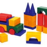 Машина и башенки из строительного материала