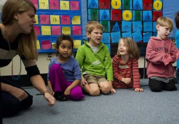 Педагог и четверо детей выражают недовольство с помощью мимики
