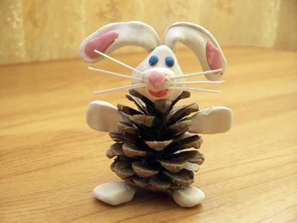 Заяц из пластилина и сосновой шишки