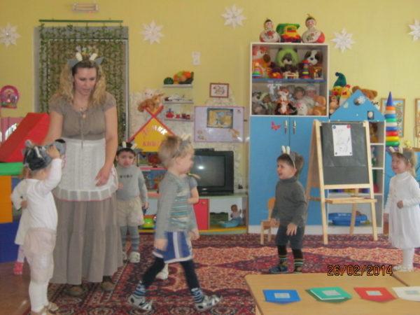 Дети и воспитатель играют в подвижную игру «Волк и козлята»