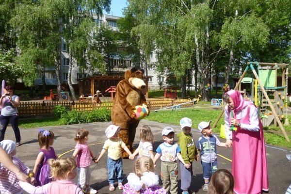 Малыши гуляют на площадке с персонажами мульфильма «Маша и Медведь»