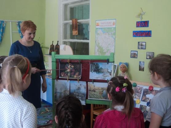 Воспитатель указывает на репродукцию картины, дети рассматривают