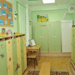 Приёмная с детскими шкафчиками и новогодними рисунками детей на стенах