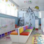 Приёмная с разноцветными сидениями и рисунками на шкафчиках
