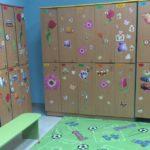 Детские шкафчики с различными картинками на них