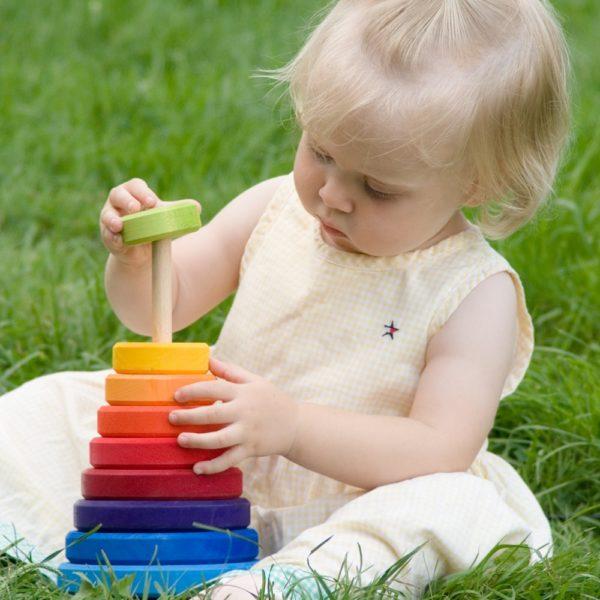 ребёнок играет с пирамидкой
