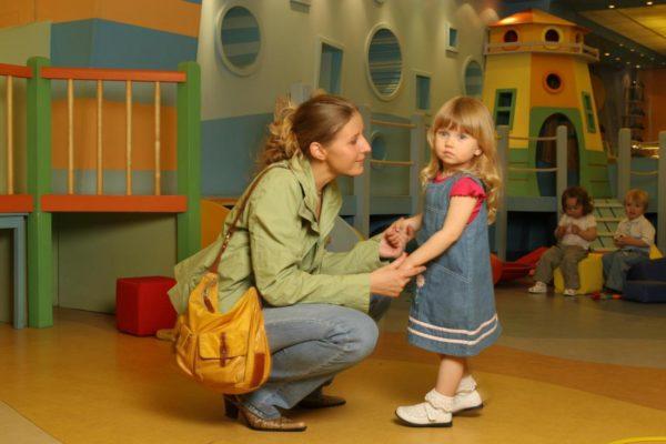 Девочка прощается с мамой в детском саду