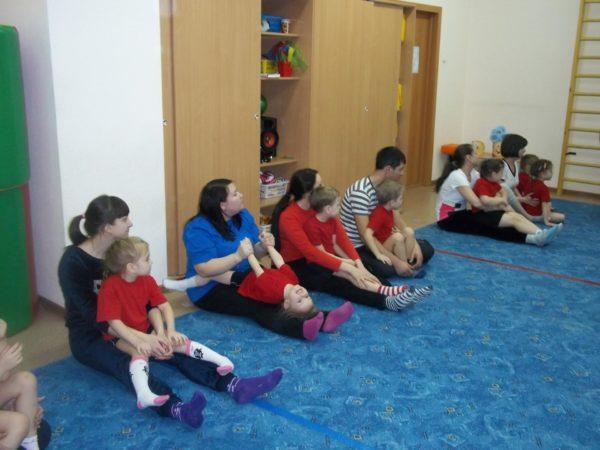 Родители и дети на занятии по физической культуре