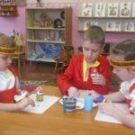 Трое детей занимаются росписью в народном стиле