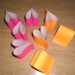 Розовые и оранжевые сердечки из бумаги