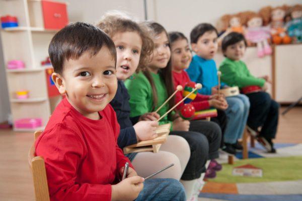 Шестеро малышей играют на детских музыкальных инструментах